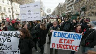 Des centaines de fonctionnaires de l'Éducation nationale défilent à Paris, le 26 janvier 2016.