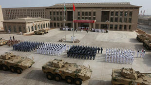 Des membres de l'armée populaire de libération chinoise lors de l'inauguration de sa nouvelle base à Djibouti, le 1er avril 2017.