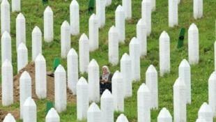 بوسنية من الناجين من مجزرة سريبرينيتسا في مقبرة بوتوكاريون في 10 تموز/ يوليو 2014