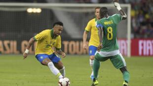 البرازيلي نيمار (يسار) في مباراة ودية ضد السنغال في 10 تشرين الاول/اكتوبر 2019 في سنغافورة