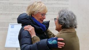 Claire Pikovsky et Nicole Minot lors des retrouvailles au Mémorial de la Shoah à Paris.