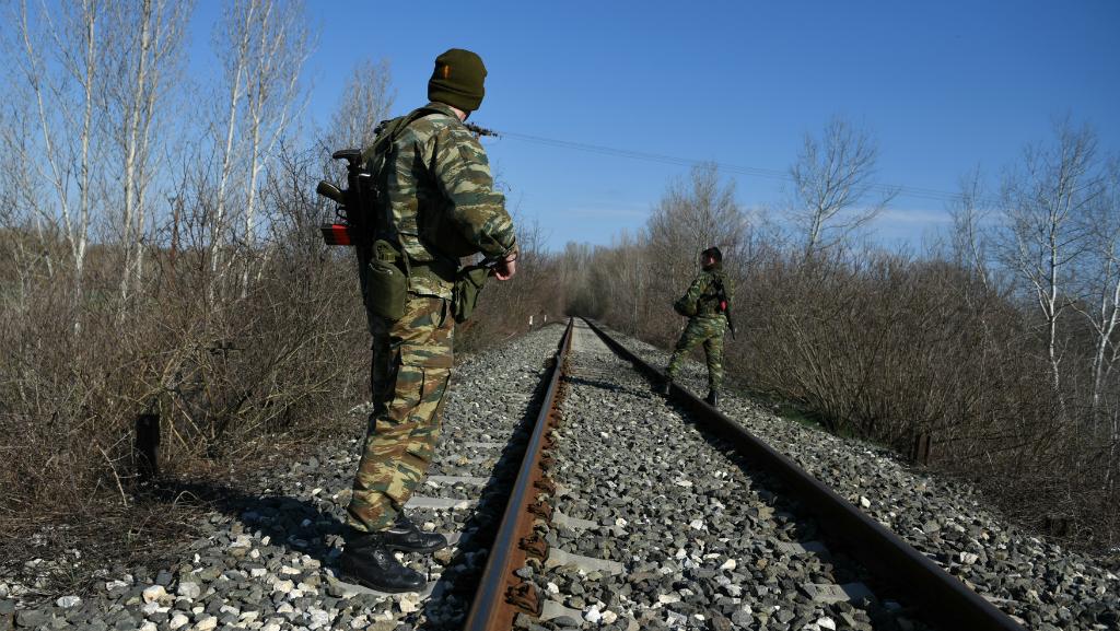 Las fuerzas de seguridad colaboran con grupos de ciudadanos calificados de fascistas para evitar la entrada de migrantes.