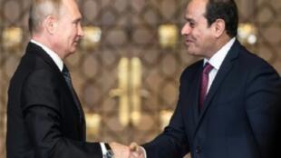 الرئيس المصري عبد الفتاح السيسي مستقبلا بوتين في القاهرة 11 كانون الأول/ديسمبر 2017