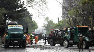 Les forces de police afghanes enquêtent sur les lieux de l'attentat visant un convoi de l'Otan à Kaboul, le 3 mai 2017.