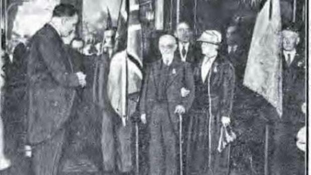 John et Anna Jaffé lors de la remise de leur Légion d'honneur en 1934 par le maire de Nice
