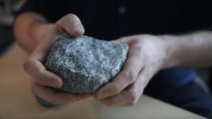 Un morceau de granite similaire à celui dans lesquelles les traces ont été découvertes.