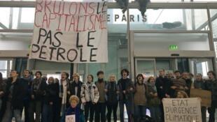 Des militants pour le climat bloquent l'entrée d'un centre commercial situé à Puteaux, près de Paris, le 29 novembre 2019.