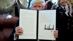 El presidente de Estados Unidos, Donald Trump, sostiene el documento de veto en el Despacho Oval de la Casa Blanca. Washington, EE. UU., el 15 de marzo de 2019.
