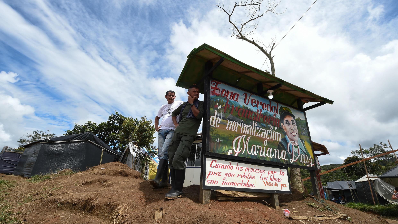 Miembros de las FARC están al lado de una señal de la Zona de Estandarización de Transición Mariana Páez, Buena Vista, municipio de Mesetas, Colombia, el 26 de junio de 2017, antes de la ceremonia final de abandono de armas y el fin de las FARC como grupo armado.