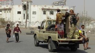 Des combattants des forces gouvernementales yéménites dans le port d'Hodeïda, le 17 décembre 2018.