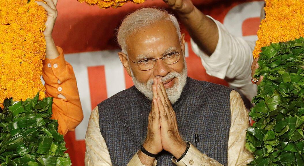 El primer ministro indio, Narendra Modi, hace un gesto al ser presentado con una guirnalda por los líderes del Partido Bharatiya Janata (BJP) después de los resultados de las elecciones en Nueva Delhi, India, el 23 de mayo de 2019.