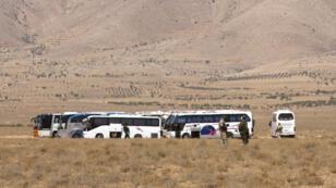 Le convoi de bus des jihadistes de l'EI photographié au Liban, le 28 août.