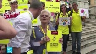 مارتين لاندري محاطة بمسانديها ونشطاء منظمة العفو الدولية