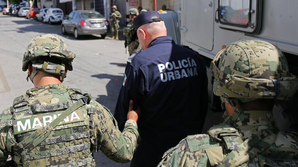 Miembros de la Marina de México detienen al titular de la Secretaria de Seguridad Publica (SSP) de Acapulco, Max Lorenzo Sedano (c), durante un operativo en las instalaciones de Seguridad Publica el martes 25 de septiembre de 2018, en el balneario de Acapulco, estado de Guerrero (México). El Gobierno federal y el del estado de Guerrero tomaron el control de la seguridad en el municipio mexicano de Acapulco, después de que surgieran sospechas que apuntan a la infiltración del crimen organizado en la policía municipal.