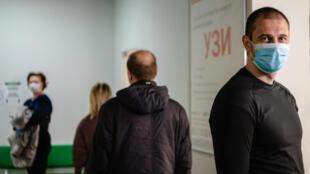 Des personnes font la queue en respectant les distances de sécurité pour se faire tester au Covid-19, le 15 mai 2020 à Moscou