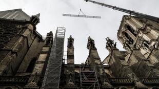 Des travaux à la cathédrale Notre-Dame-de-Paris une semaine après l'incendie, le 23 avril 2019.
