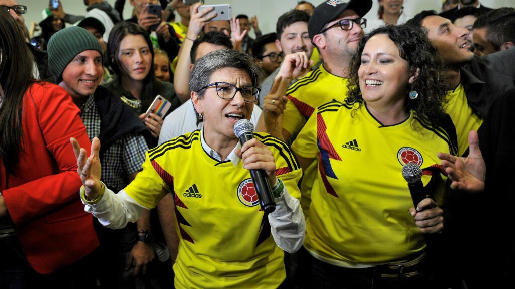 La exsenadora y miembro del Partido Verde, Claudia López, acompañada por la senadora Angélica Lozano, habla después de finalizada la consulta anticorrupción impulsada por ellas en Bogotá, Colombia, el 26 de agosto de 2018.