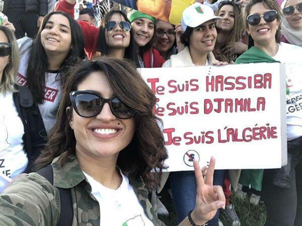 """Amira, 28 ans, manifeste à Oran tous les vendredis avec un groupe d'amies pour appeler à """"déraciner tout le clan Bouteflika"""". (Crédit : @mrah_amira)"""