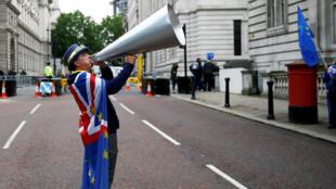 El manifestante anti-Brexit Steve Bray protesta frente a Downing Street en Londres, Reino Unido, el 11 de junio de 2019.