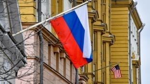 العلم الأمريكي على مبنى سفارة الولايات المتحدة الأمريكية في موسكو في 2 أبريل/نيسان 2018.