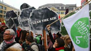 Multitudinarias marchas de ambientalistas contra el uso de carbón como fuente de energía