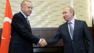 Le président russe, Vladimir Poutine, serre la main de son homologue turc, Recep Tayyip Erdogan, lors de leur rencontre dans la station balnéaire de Sochi, en Russie, le 22octobre2019.