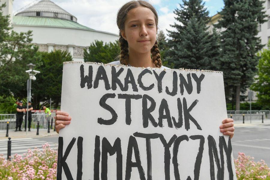 La jeune Inga Zasowska, devant le parlement polonais, le 28 juin, à Varsovie.