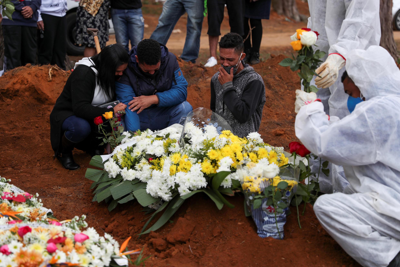 Des membres de la famille de Neusa Freitas dos Santos, décédée du Covid-19, pleurent à son enterrement, le 16 juillet 2020 à Sao Paulo.
