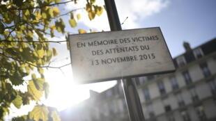 Panneau commémorant les attentats du 13 novembre 2015, boulevard Voltaire, à Paris.