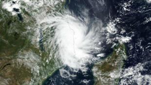 El ciclón tropical Kenneth se acerca a la costa de Mozambique en esta imagen satelital del 25 de abril de 2019.