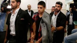 الفتى الفلسطيني أحمد مناصرة (وسط) لدى مغادرته المحكمة بالقدس 7 نوفمبر 2016