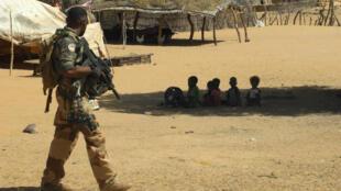 Un soldat français patrouille dans un village du Mali, le 1er novembre 2017, dans le cadre de l'opération Barkhane.
