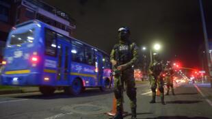 Miembros de la policía militar colombiana participan de un operativo en un punto de control en Bogotá, el 13 de enero de 2021