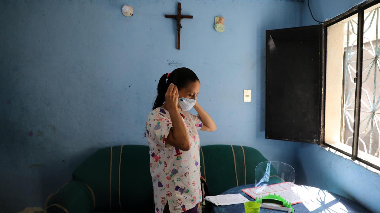 La enfermera Flor Pérez se pone una mascarilla en su casa en un barrio de bajos ingresos, antes de su turno nocturno en un hospital público de Caracas, en medio de la pandemia del Covid-19, en Venezuela 26 de agosto de 2020.