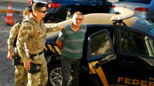 Cesare Battisti, le 5 octobre 2017, arrive au bureau de la police fédérale à Corumba au Brésil.