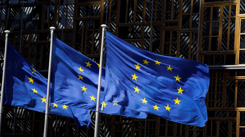 Las banderas de la Unión Europea ondean fuera de la sede de la Comisión Europea en Bruselas, Bélgica, el 19 de febrero de 2020.