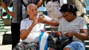 Varias personas se conectan a internet desde sus teléfonos celulares el 30 de marzo de 2018, en La Habana, Cuba.
