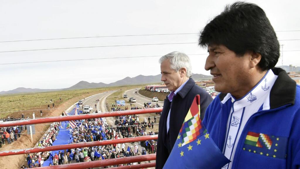 """Le président bolivien Evo Morales tenant le """"drapeau de la revendication maritime""""."""