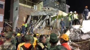 فرق الإنقاذ تبحث بين أنقاض مدرسة ريبسامن في مكسيكو الأربعاء 20 أيلول/سبتمبر 2017 عقب الزلزال