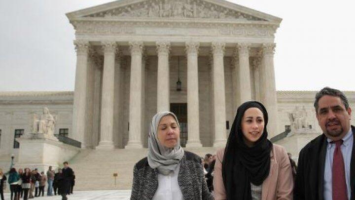 - سامنتا أيلوف (وسط) أمام المحكمة العليا الأمريكية