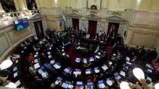 Legisladores argentinos participan del debate de la ley de emergencia pública en el Senado, en Buenos Aires, el 21 de diciembre de 2019.