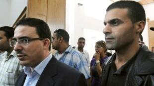 مدير صحيفة الأخبار المغربية المستقلة توفيق بوعشرين (يسار) في 23 تشرين الأول/أكتوبر 2009 بالدار البيضاء