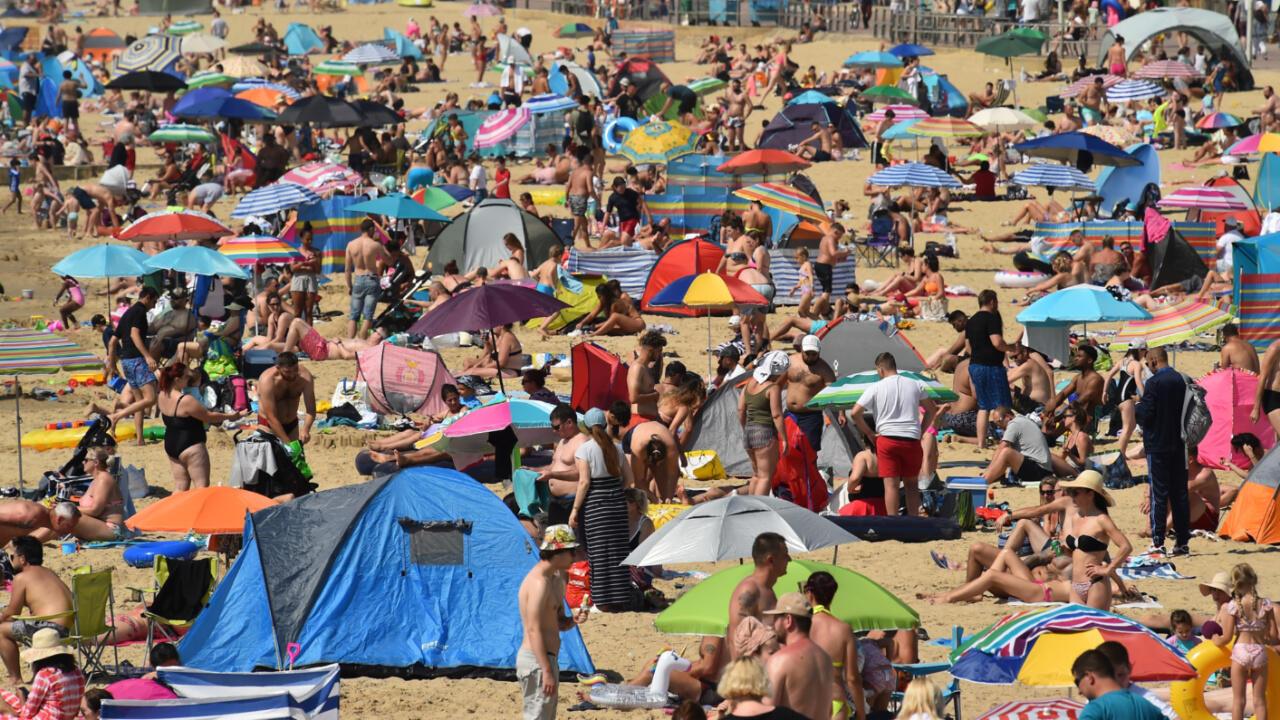 Pendant la vague de chaleur et malgré le Covid-19, plusieurs plages britanniques étaient bondées, le 31 juillet 2020, comme à Bournemouth, dans le sud de l'Angleterre.
