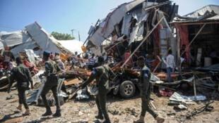 قوات الأمن الصومالية في موقع انفجار سيارة في سوق مزدحمة في مقديشو في 26 نوفمبر/تشرين الثاني 2018.