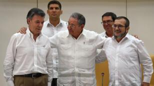 Le président cubain Raul Castro (au centre) joue le rôle de médiateur entre le président colombien (à gauche) et le chef des Farc (à doite).