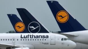 """Aviones de la aerolínea alemana Lufthansa se ven en el aeropuerto """"Franz-Josef-Strauss"""" en Múnich, Alemania, el 25 de junio de 2020"""