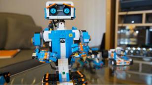 Vernie, le robot construit grâce au nouveau kit Lego Boost.