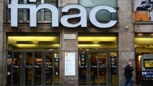 Fnac Darty est devenu dimanche 19 avril 2020 le premier grand groupe français à bénéficier d'un prêt garanti par l'État pour faire face à sa chute d'activité liée au Covid-19.