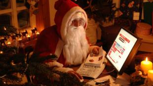 Pour répondre aux enfants et pour commander certains cadeaux, le Père Noël utilise lui aussi une connexion Internet.