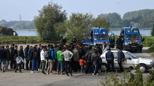 Des migrants rassemblés pour une distribution de nourriture à Grande-Scynthe, près de Calais.